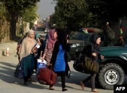 Шабуыл болған маңнан кетіп жатқан студенттер. Кабул, 24 тамыз 2016 жыл.