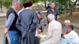 Жители Ашхабада играют в нарды