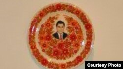2013 рік, український подарунок для Туркменистану: фото президента неодмінно має прикрашати будь-яке публічне місце в цій країні