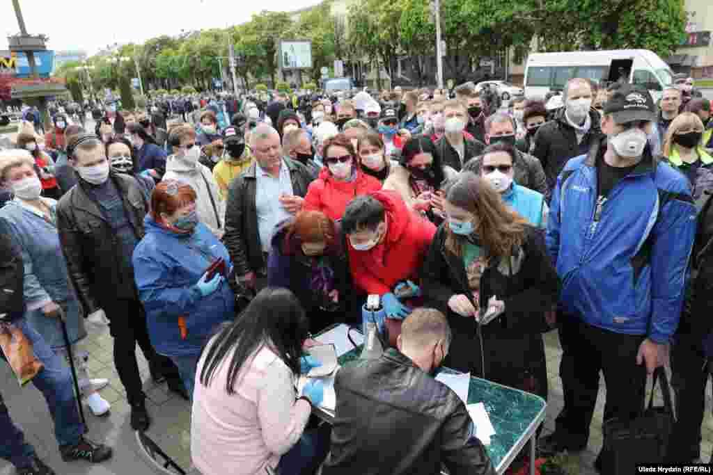 Некоторые из присутствующих поставили свои подписи, чтобы поддержать на выборах кандидатуру жены Тихановского – Светланы Тихановской