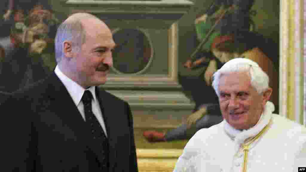 Лукашэнка пры чорным гальштуку сустракаецца з папам Рымскім Бэнэдыктам XVI у Ватыкане, 2009