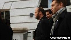 Максим Бакиев сотко кирип баратат, 7-декабрь, 2012-жыл (Мээрим Касымова тарткан сүрөт)