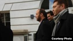Maksim Bakiyev (o'rtada) Londonda o'zining maqomi belgilanadigan sud jarayoniga ketmoqda, 7 dekabr 2012 yil.