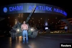 Перед аэропортом Ататюрка