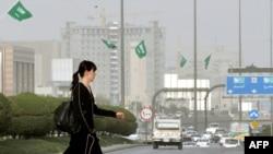یک تبعه خارجی در حال عبور از یکی از خیابانهای اصلی ریاض/ بهمن ۸۹