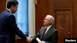 Jeff Sessions cu fostul director FBI, James Comey, în februarie 2017