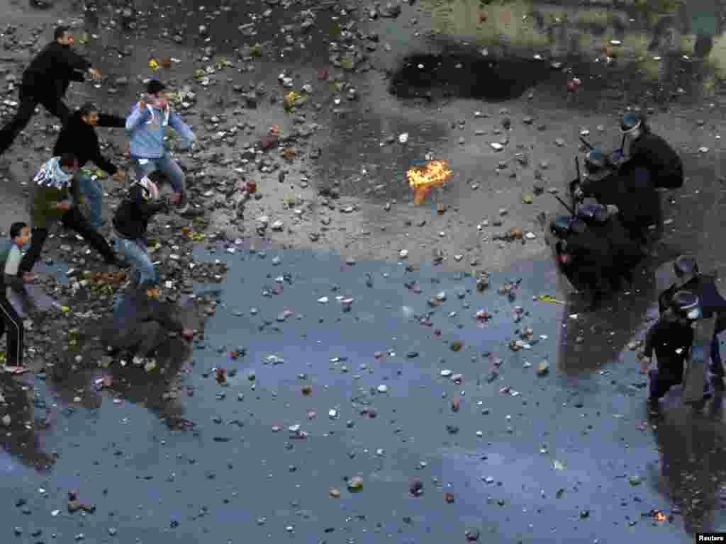 درگیری میان تظاهرکنندگان و نیروهای پلیس در شهر سوئز