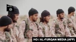 """На фото – предположительно, боевики из """"ИГ"""", они готовятся обезглавить заложников. Дата и место не идентифицированы"""
