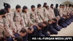 """Iz propagandnog videa """"Islamske države"""" u kojem militanti navodno žele izvršiti odsijecanje glave zatvorenicima, fotoarhiv"""