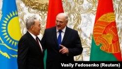 Нурсултан Назарбаєв (л) і Олександр Лукашенко (п)