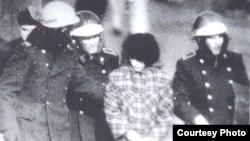 Қазақ қызын әскерилер ұстап әкетіп барады. Желтоқсан, 1986 жыл. Болатбек Төлепбергеннің «Біз білмейтін желтоқсан» кітабындағы сурет.