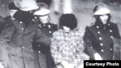Желтоқсан оқиғасы кезінде әскер жас қызды әкетіп барады. Алматы, 1986 жыл.
