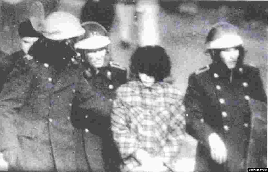 Милиционеры и военные уводят с площади участницу демонстрации. Фото из книги Болатбека Толепбергена «Неизвестный Желтоксан».