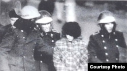 Милиционеры задерживают участницу демонстрации на площади в Алматы в декабре 1986 года.