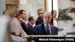 Путин Йошкар-Ола шаарындагы музейде. Мари Эл жумурияты. 20.7.2017.