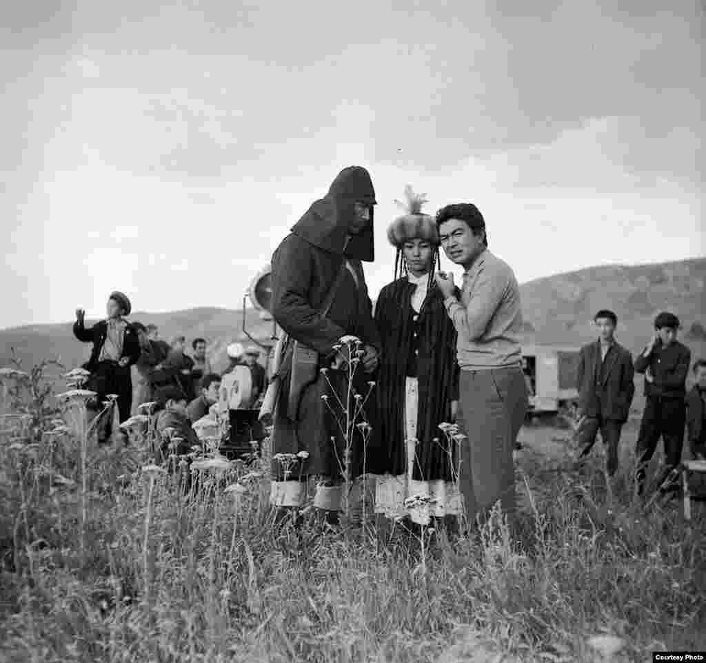 Чокморов кинодо жалпысы жыйырмадан ашык ролдордо ойногон. Аны Кыргызстан, Казакстан, Өзбекстан кинотасмаларын дүйнөлүк аренага алып чыккан инсандардын бири катары эсептегендер да бар.
