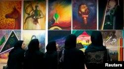 زنان بحرینی در نمایشگاهی درباره عاشورا.