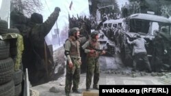 Учасники акції у військовій формі знаходяться поміж двох фото, ліворуч – проросійські бойовики на Донбасі, праворуч – архівне фото окупації Чехословаччини радянськими військами. Прага, 25 червня 2015 року