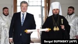 Президент Петро Порошенко та митрополит Епіфаній заносять томос до Святої Софії в Києві на Різдово. 7 січня 2018 року.