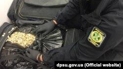 Підозрілу речовину виявили в семи багажних сумках