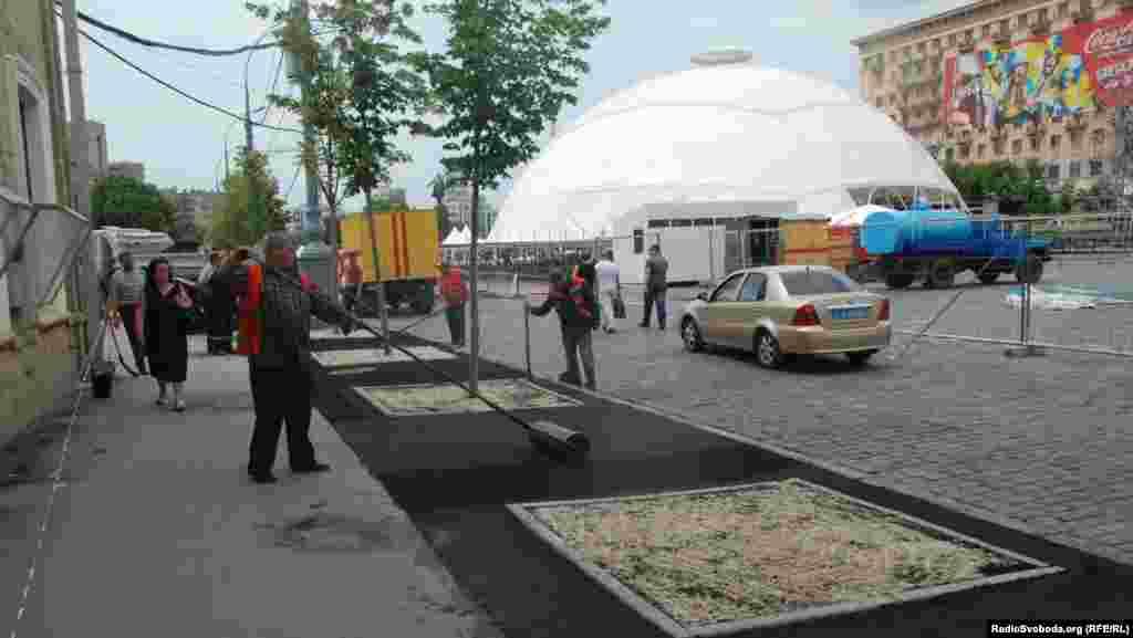 Навколо фан-зони на площі Свободи комунальники кладуть новий асфальт (фото О. Овчинникова)