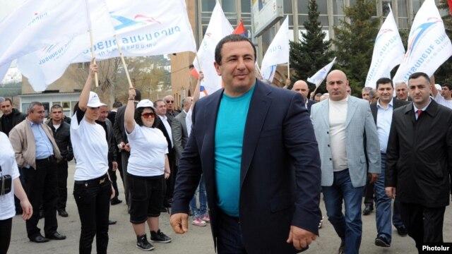 Armenia - Prosperous Armenia Party (BHK) leader Gagik Tsarukian campaigns in Hrazdan, 11Apr2012.