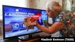 При цьому 73 відсотки респондентів все ще називає російське телебачення головним джерелом новин