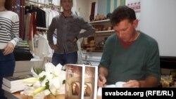 Андрэй Чарнякевіч падпісвае сваю кнігу пра Паўла Алексюка. Яны выдадзеная Андрэем Янушкевічам у Менску накладам 300 асобнікаў, у кнізе 316 старонак