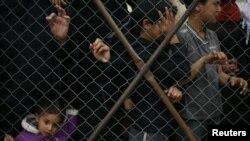 Palestinë - Një vajzë palestineze shikon kah burgu në Rripin e Gazës që përdoret nga forcat izraelite të sigurisë për të mbajtur të burgosurit palestinez gjatë okupimit izraelit të Gazës, 11Prill2013 (llustrim)