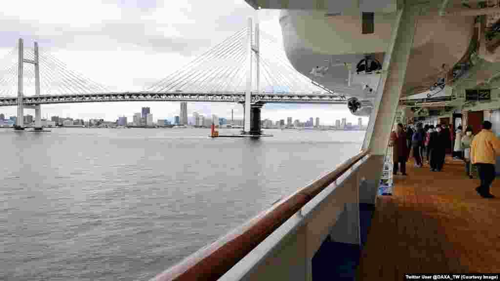 Vedere de pe una dintre punțile vasului. Peste 136 de persoane au fost diagnosticate cu coronavirus.