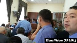 В зале суда на процессе по делу Серика Ахметова и группы чиновников и бизнесменов. Караганда, август 2015 года.