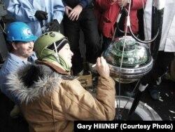 Для регистрации излучения, порождаемого пойманными нейтрино, в телескопе IceCube используются 5000 фотоумножителей, расположенных на глубине от 1,5 до 2,5 км подо льдом