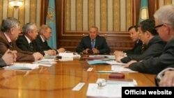 Қазақстан президенті Нұрсұлтан Назарбаев (ортада) конституциялық реформа бойынша құрылған жұмыс тобымен кездесіп отыр. 14 мамыр 2007 жыл.