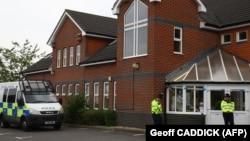 Эймсберидегі уланған екі адам табылған үйдің жанында тұрған полицейлер. Ұлыбритания, 4 шілде 2018 жыл.