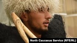 Мужчина в национальной кавказской одежде