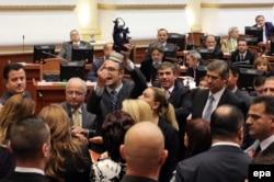 Албания депутаттары Сирия химиялық қаруын ел аумағында жою ұсынысын талқылауға қарсы шықты. Тирана, 14 қараша 2013 жыл.