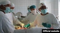 Түркияда иштеген кыргызстандык хирург Эркин Орозакуновдун катышуусунда былтыр 16-июлда биринчи жолу Кыргызстанда органды алмаштыруу операциясы жасалган.