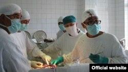 Бөйрөккө операция жасоо маалында тартылган сүрөт