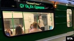 Носенето на предпазни маски в градския транспорт остава задължително