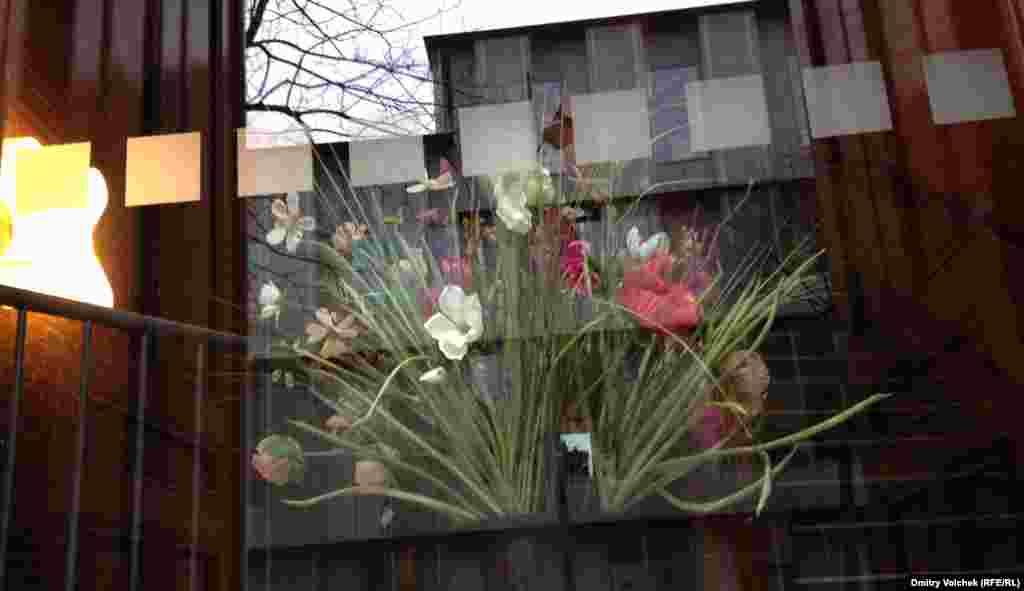 """Окно бывшего собора, а ныне культурного центра, где проходят показы """"вертикального кино"""". Горизонтальное ужасно надоело"""