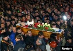 Еуромайдан белсендісін жерлеу рәсімі. Киев, 21 ақпан 2014 жыл.