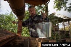 Иван Томашевич набирает воду из колодца у дома, 29 сентября 2016