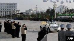 Türkmenistanyň prezidenti G.Berdimuhamedow awtoulagly harby paraddan geçýär, Aşgabat, 2016