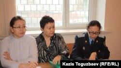 Солдан оңға: Танар Әбішева, Сәуле Қойшыбаева және Дариға Қыжырова. Алматы, 21 қаңтар 2014 жыл.