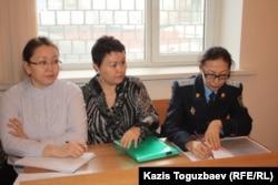 Слева направо: Танар Абишева и Сауле Койшубаева, представители департамента КНБ по городу Алматы, и Дарига Кыжирова, сотрудник Алмалинской районной прокуратуры. Алматы, 21 января 2014 года.