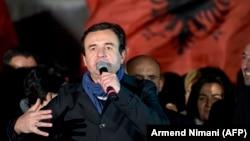 Liderul Partidului Vetevendosje, (Autodeterminare), Albin Kurti în campania electorală, 6 octombrie 2019