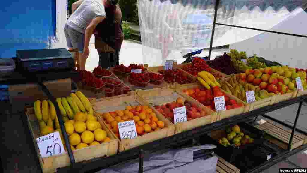 Ранні кримські фрукти в Євпаторії стартують із позначки 250 рублів за кілограм