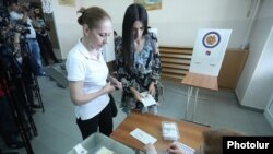 Armenia - Voters at a polling station in Yerevan, 23 September 2018.