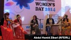 Курдский женский ансамбль на концерте в честь Международного женского дня. Эрбиль, Курдистан. 8 марта 2014 года.