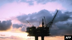 قيمت نفت در بازارهای جهانی، روز سه شنبه حدود چهار دلار کاهش يافت و به ۱۲۰ دلار رسيد. (عکس: AFP)